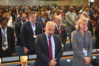 Funcionários da ONU em Nairóbi fazem um momento de silêncio em homenagem às pessoas que morreram no acidente da Ethiopian Airlines.