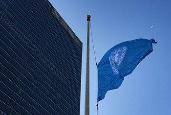 La bandera de la ONU ondea a media asta en la sede de Nueva York en honor de los trabajadores fallecidos en el accidente de avión de Etiopía el 10 de marzo de 2019.