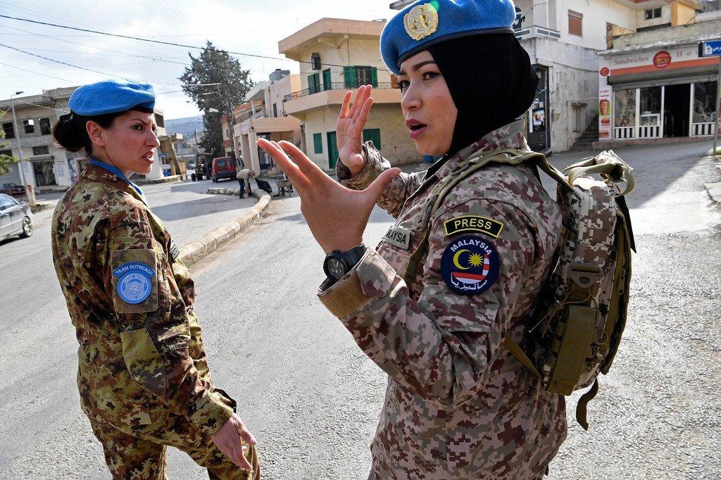 2017年12月,联合国驻黎巴嫩维和部队的马来西亚维和人员亚兹瓦尼少校(Major Syazwani)在黎巴嫩南部鲁迈什巡逻时在指挥其他维和人员。