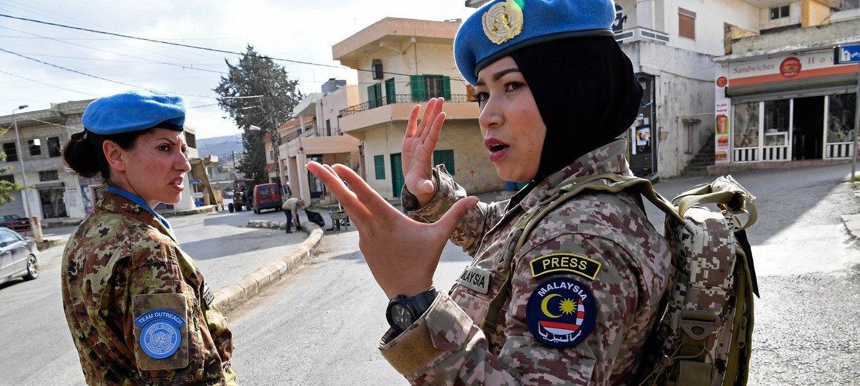 La comandante Syazwani, miembro del personal de mantenimiento de la paz de Malasia en la Fuerza Provisional de las Naciones Unidas en el Líbano, da instrucciones a sus compañeras en Rumaysh, en el sur del país.