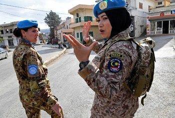 Le Major Syazwani, commandant malaisienne au sein de la FINUL, donne des instructions à ses collègues soldats de la paix alors qu'elles patrouillent à Rumaysh, dans le sud du Liban, en décembre 2017.