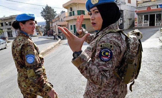 La comandante Syazwani, miembro del personal de mantenimiento de la paz de Malasia en la Fuerza Provisional de las Naciones Unidas en el Líbano, da instrucciones a sus compa?eras en Rumaysh, en el sur del país.