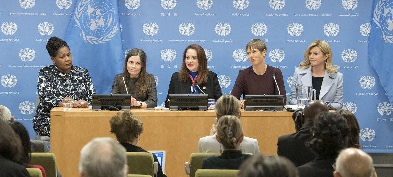 """联大主席埃斯皮诺萨(中)与特立尼达和多巴哥总统葆拉-梅·威克斯(Paula-Mae Weekes,左一)、冰岛总理卡特琳·雅各布斯多蒂尔(Katrín Jakobsdóttir,左二)以及克罗地亚总统科琳达·格拉巴尔-基塔罗维奇(Kolinda Grabar-Kitarović,右一)共同出席""""妇女当权""""高级别活动记者会。"""