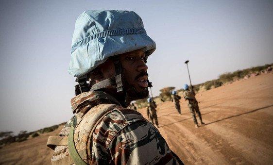 Un membre du contingent guinéen de la MINUSMA basé à Kidal, dans l'extrême nord du Mali.