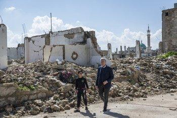 В соседних с Сирией странах находится 5,6 миллионов сирийских беженцев. На фото – Филиппо Гранди с мальчиком-беженцем, вернувшимся в Сирию
