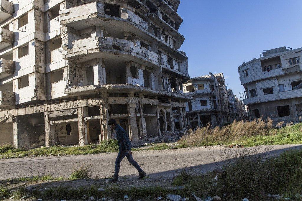 En Syrie, des civils reviennent dans la vieille ville d'Homs ravagé par le conflit.