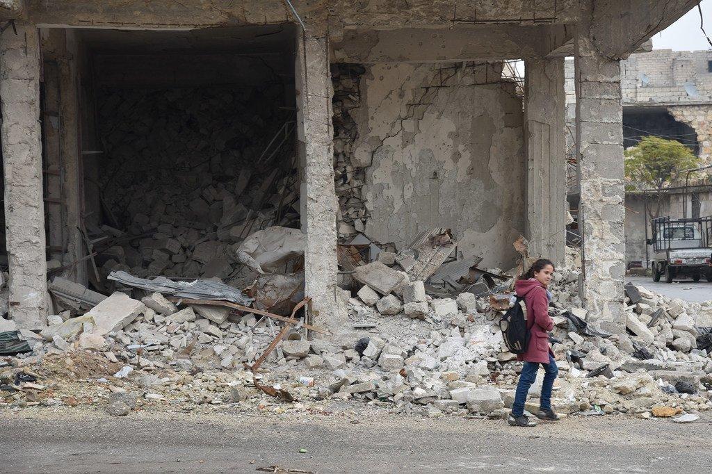 在叙利亚阿勒颇的学校里,学生们被教导如何安全地在城市中走动,他们必须避开小巷并待在路中间,以避免踩到可能导致伤亡的东西。