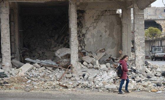 في المدارس في حلب يتعلم الطلاب كيف يتنقلون بشكل آمن، بما في ذلك تجنب الأزقة والسير في وسط الطريق لتجنب أي متفجرات قد تكلفهم حياتهم.