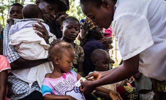 Des enfants recevant des soins à la Clinique Saint Martyr, à Kananga, dans la région du Kasaï, en RDC. La malnutrition aiguë sévère devrait toucher 1,4 million d'enfants de moins de cinq ans en 2019 dans le pays.