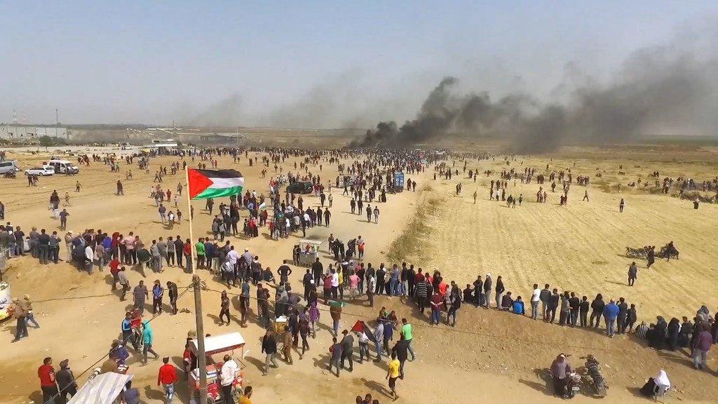Des manifestants marchant vers la barrière séparant Gaza d'Israël. La Commission d'enquête indépendante des Nations Unies sur les manifestations dans le territoire palestinien occupé a exhorté Israël à réviser ses règles d'engagement militaires.
