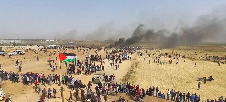 Foto aérea de los manifestantes frente a la valla de separación de Gaza