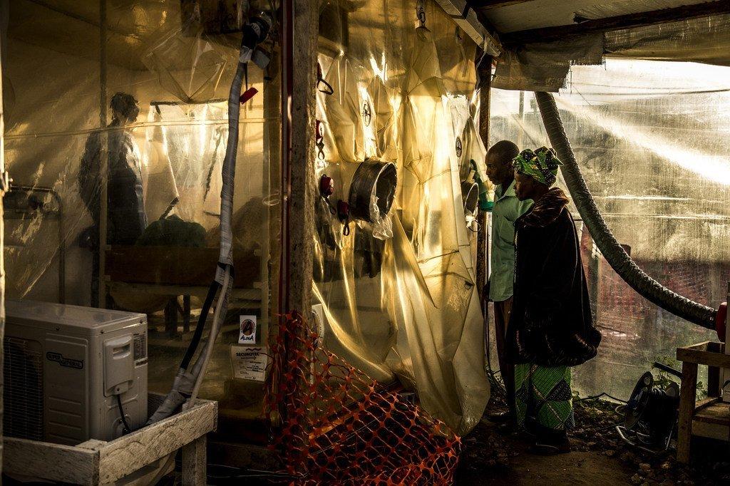 Picha ya maktaba ikiwaonesha wazazi wakimtembelea binti yao mwenye umri wa miaka 15 ambaye anashukiwa kuwa na Ebola kwenye ktiuo cha matibabu huko Beni, DRC.