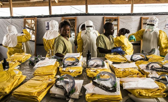 Медработники надевают защитные костюмы, чтобы оказать помощь людям, которые находятся на карантине в связи с подозрением на заражение вирусом Эболы. ДРК, январь 2019 года.