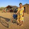 Une femme de la communauté wayuu dans le département de La Guajira, en Colombie, pose près de son vélo devant son village. Les attaques contre les défenseurs des droits humains en Colombie n'ont pas épargné les peuples autochtones.