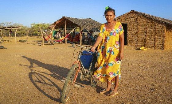 Mulher indígena da Colômbia em La Guajira com sua bicicleta