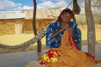 Mujer indígena wayúu cose en una localidad de La Guajira, Colombia.