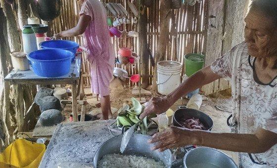 Duas mulheres indígenas Wayuu, em La Guajira, na Colômbia, preparam uma refeição