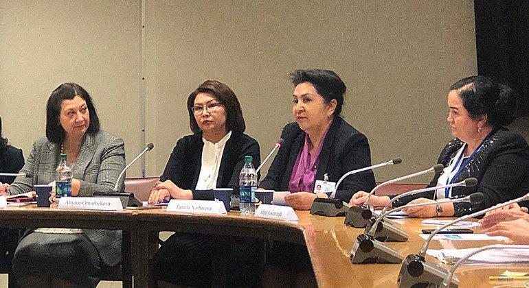 Танзила Нарбаева (3-я слева) выступает в ООН на заседании по положению женщин