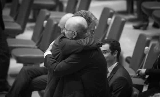 كريستوف هيوز الممثل الدائم لألمانيا لدى الأمم المتحدة يحتضن كريغ جون هوك الممثل الدائم لنيوزيلندا بعد الهجوم الإرهابي على مسجدين في كرايست تشيرتش، نيوزيلندا 15 مارس/آذار 2019.