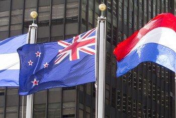 La bandera de Nueva Zelanda ondea en la sede de las Naciones Unidas en Nueva York.