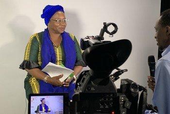 Afisa Mtendaji Mkuu wa Taasisi  ya Mkapa, Hellen Mkondya Senkoro akihojiwa na Arnold Kayanda wa UN News kando mwa mkutano wa CSW63.