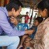 طبيب يفحص طفلة في كمبوديا، عضوة مجموعة التعاون فيما بين بلدان الجنوب.
