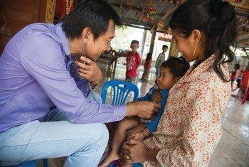 Un médecin examine un enfant au Cambodge, l'un des États membres de la coopération Sud-Sud.