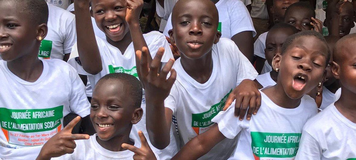 Crianças que beneficiam de alimentação escolar em Abidjan, a capital da Cote d'Ivoire.