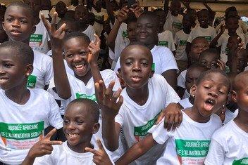 Muitas crianças camaronesas passaram anos sem pisar uma sala de aula.
