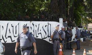 Segundo a Polícia Militar, dois jovens armados e encapuzados invadiram o colégio e disparam contra os alunos.