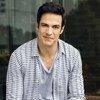 O ator brasileiro Mateus Solano destaca a urgência de se mudar os padrões de consumo e de produção.