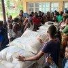 Usambazaji wa chakula mjini Beira, Msumbiji. Katika shule iliyogeuzwa kuwa makazi, familia 70 zikipokea chakula kutoka WFP. Familia nyingi zimeathirika kutokana na kimbunga.