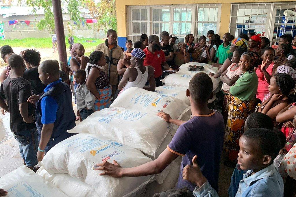 莫桑比克贝拉的食物分发。在这所学校变成庇护所后,70个家庭从世界粮食计划署获得了食物。他们中的大多数人不得不离开被热带气旋破坏的的家。