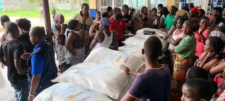 Distribuição de alimentos em escola transformada em abrigo na Beira.