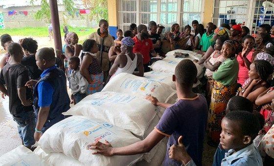 توزيع المواد الغذائية في إحدى مدارس مدينة بيرا بموزمبيق، حيث تحولت إلى مأوى للمتضررين، وقد تلقت سبعون أسرة مواد غذائية من برنامج الأغذية العالمي. اضطر معظمهم إلى مغادرة منازلهم نتيجة للإعصار الذي ضرب البلاد.