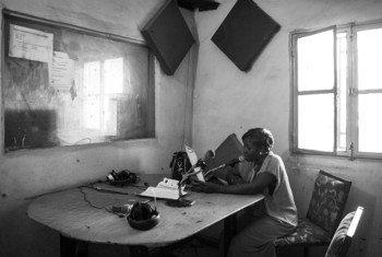 Une femme journaliste malienne dans le studio de Radio Guintan, à Bamako, la capitale du Mali