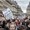 Des étudiants, des lycéens et des étudiants de plus de 120 pays sont descendus dans la rue le 15 mars pour alerter les dirigeants mondiaux sur la lutte contre le changement climatique.