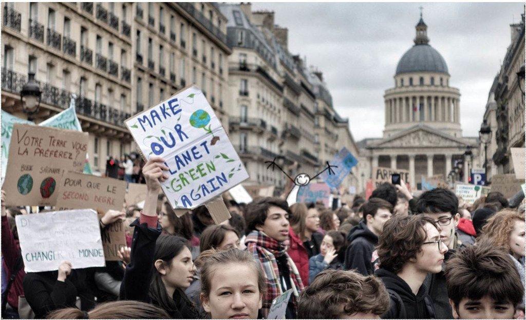 La rue Soufflot, dans le quartier latin, à Paris. Des lycéens et des étudiants de plus de 120 pays ont manifesté le 15 mars pour alerter les dirigeants sur l'urgence de l'action pour le climat.