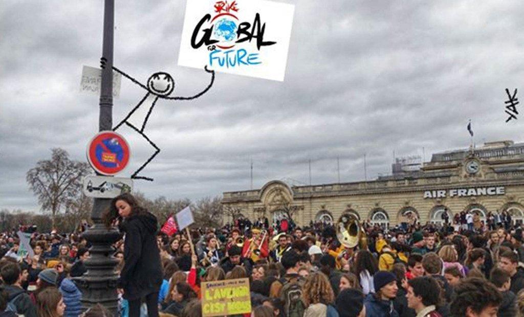 ELYX, l'ambassadeur numérique de l'ONU, regardant les jeunes marchant dans les rues de Paris pour le climat.