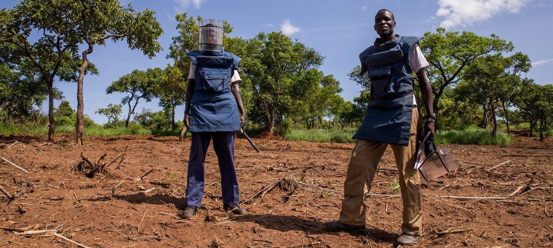 दक्षिण सूडान में संयुक्त राष्ट्र बारूदी सुरंग के ख़िलाफ़ कार्रवाईकरने वाली टीम के सदस्य.