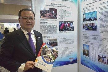 中国国际经济技术交流中心副主任张翼在第二届联合国南南合作高级别会议现场,介绍中国在南南合作领域的经验和案例。