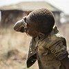 南苏丹,两名儿童正在家门外洗脸。