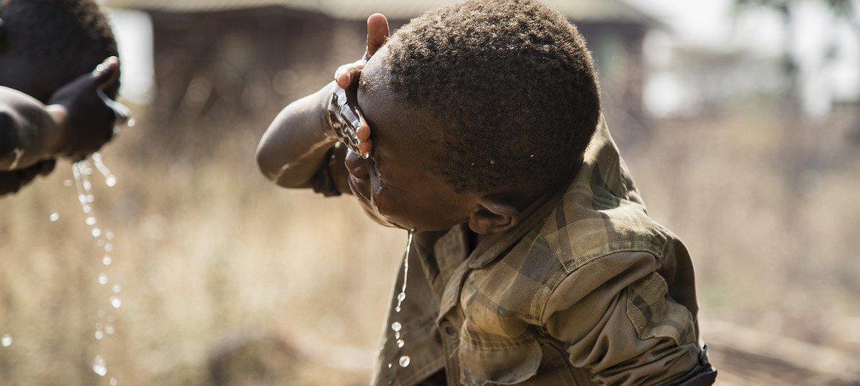两个南苏丹儿童在家门外洗脸。 (2018年图片)