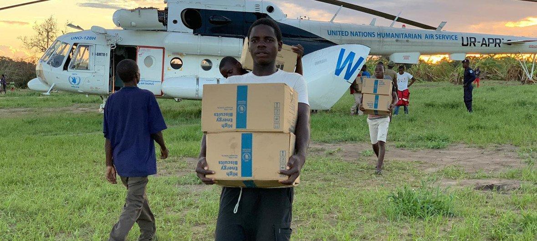 Une aide alimentaire à 100.000 personnes affectées par les inondations au Mozambique. Ici, un hélicoptère du PAM avec des biscuits à haute teneur énergétique arrive à Guaraguara.
