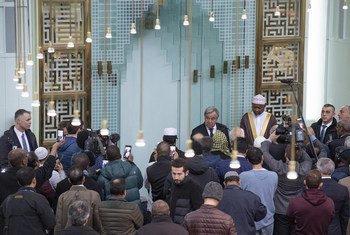 इस्लामी सांस्कृतिक केंद्र में उपस्थित लोगों को संबोधित करते यूएन महासचिव.