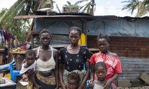 Família moçambicana em frente a um abrigo provisório, na cidade da Beira, em Moçambique.