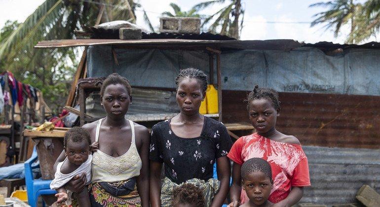 Una familia frente a su refugio temporal en Beira, Mozambique. Su casa fue destruida por el ciclón Idai