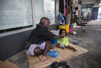 عائلة نازحة تعيش في الشارع بعد أن نزحت من مستوطنة غير رسمية كانت تعيش فيها في بيرا ، موزمبيق.