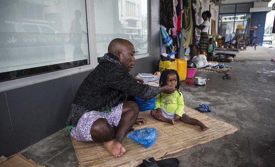Tome Raimunda dá de comer a uma criança da sua família, Teraza. A família ficou sem casa depois do ciclone Idai.