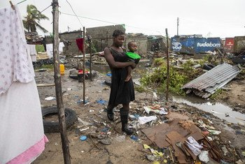Cecilia Borges carrega o filho, Fernandino Armindo, na Beira, Moçambique.